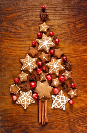 galletas de navidad: galletas de jengibre, decoración de Navidad, pan de jengibre y arándanos árbol de navidad