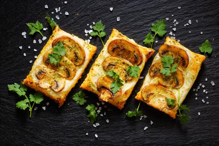 퍼프 페이스 트리 미니 버섯 타르트. 맛있는 채식 전채 스톡 콘텐츠