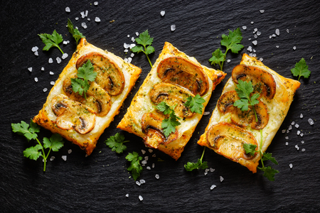 Mini mushroom tarts with puff pastry. Delicious vegetarian appetizer Banco de Imagens