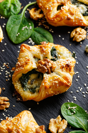 Spinach puff with Addition of Gorgonzola cheese, walnuts and sesame seeds Stockfoto