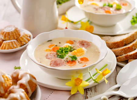 Sopa de Pascua polaca, borscht blanco con salchicha y huevo duro. Plato tradicional de Pascua en Polonia