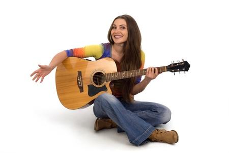 白い背景の上のギターと美しい少女