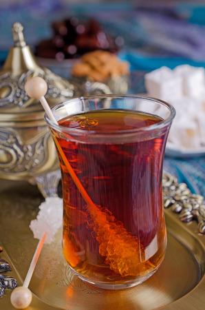 日付、お菓子やナッツとアラビア語で伝統的なお茶会