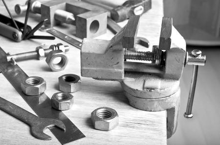 vise: El tornillo de banco para sujetar en una herramientas del entorno de escritorio de madera Foto de archivo