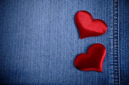 Der Hintergrund für den Valentinstag. Abstraktion von Denim und Herzen des Gewebes. Standard-Bild - 35827109
