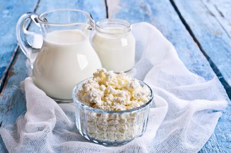 queso blanco: Queso blanco en un recipiente de vidrio en el fondo de la leche y el yogur Foto de archivo