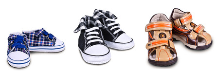 孤立した背景に子供の靴の 3 つのペア