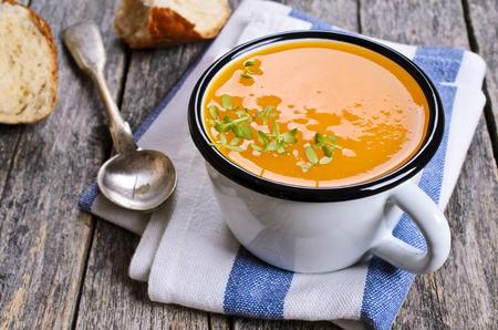 calabaza: Sopa de calabaza en una olla de metal sobre una superficie de madera