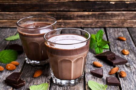 木製の表面ガラスでチョコレート ミルク