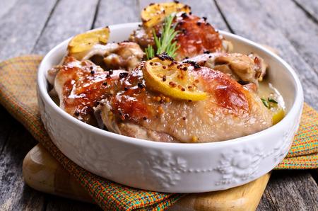 Kip gebakken met citroen, mosterd en rozemarijn Stockfoto