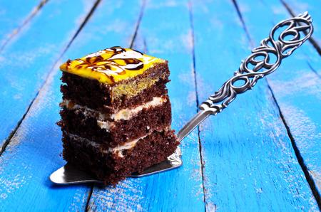 rebanada de pastel: Forma cuadrada de la torta tortas de chocolate con relleno de crema y un acabado brillante