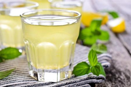 木製の表面の小さなガラスのレモンの飲み物 写真素材 - 44332856