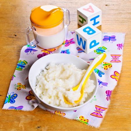 Brei mit weißem Reis und Milch für Babynahrung Standard-Bild - 46463044