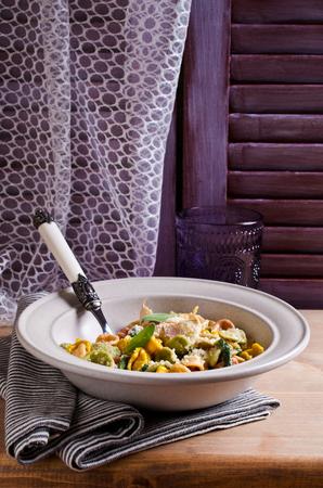 pasta: Orecchiette de pasta de diferentes colores con el ajo y la salvia. enfoque selectivo. Foto de archivo