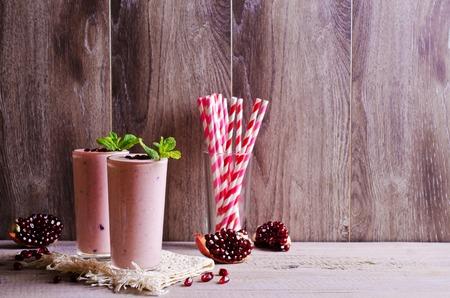 ザクロとミントのスムージーのグラスの中にピンクが装飾されています。選択と集中。 写真素材