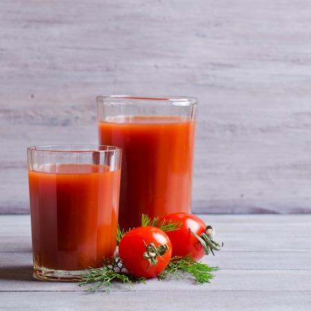color in: Bebida de color rojo en un recipiente de vidrio. enfoque selectivo.