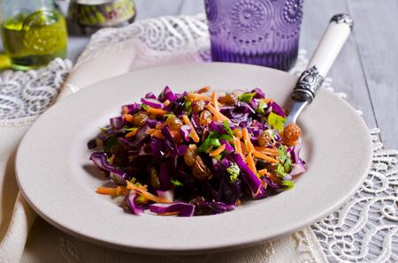 木製の背景にレーズンと野菜のサラダ。選択と集中。