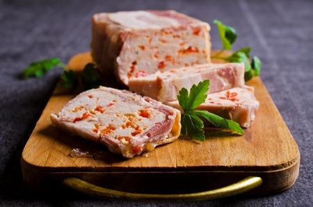 terrina de carne con tocino y pimentón sobre un fondo oscuro. enfoque selectivo.