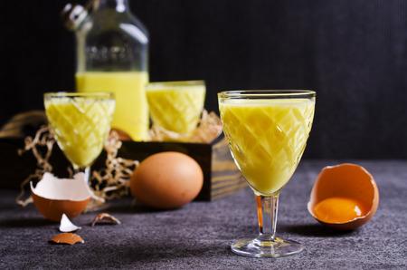 Yellow liquid in a glass on a dark background. Selective focus. Archivio Fotografico