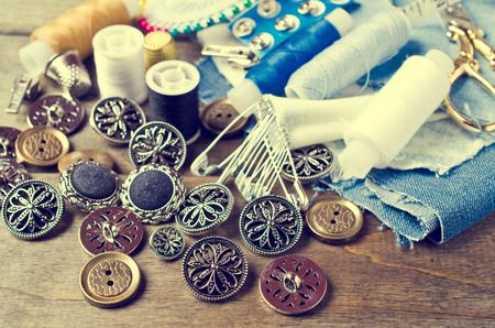 bottoni di metallo rotonda su uno sfondo sartoria accessori. messa a fuoco selettiva.