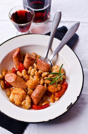 Légumes cuits à la vapeur avec des haricots et des saucisses à la sauce tomate. Mise au point sélective Banque d'images
