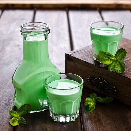 alcoholismo: Líquido cremoso verde en un vaso. Enfoque selectivo. Foto de archivo