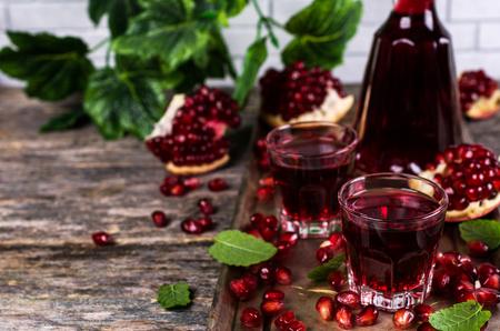 透明のブルゴーニュ飲料ザクロの種子とミント。選択と集中。