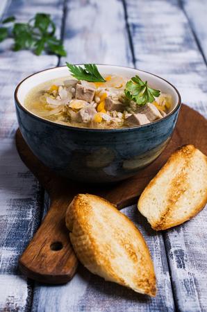 Soep met parelgort, vlees en groenten op een houten achtergrond. Selectieve aandacht.