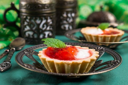 Round tartlets with red jam and white cream. Selective focus. Stockfoto