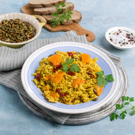 Pikantny kruchy ryż z pestkami i plastrami dyni. Selektywne skupienie. Zdjęcie Seryjne