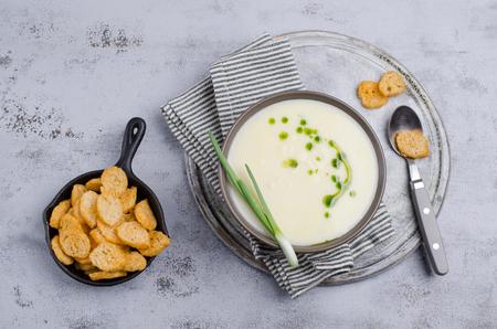 Soupe aux légumes crème traditionnelle avec croûtons dans un bol sur la table. Mise au point sélective. Banque d'images