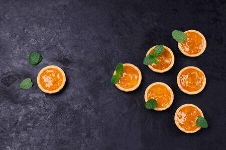 Tartelettes à la confiture d'orange et à la menthe sur fond d'ardoise. Mise au point sélective.
