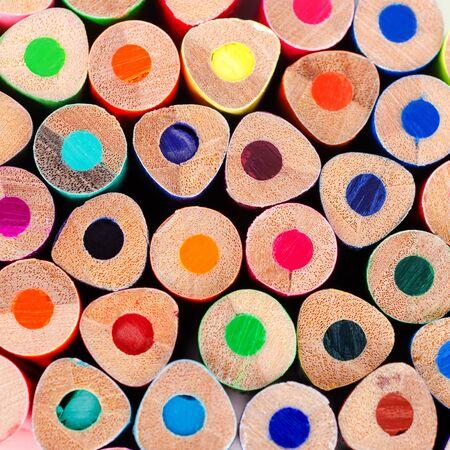 Lápices de colores de madera de fondo. Concepto de diseño. Enfoque selectivo.
