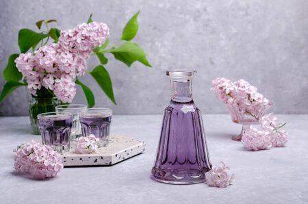 Transparentes lila Getränk im Glas auf einem Schieferhintergrund. Selektiver Fokus.