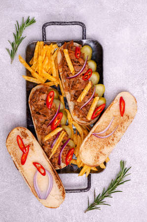 Sandwich with meat and vegetables and potato chips on a stone background. Selective focus. Archivio Fotografico