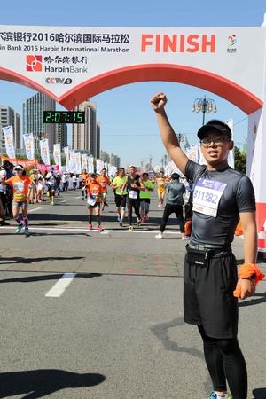 Marathon runners at an arch Redakční