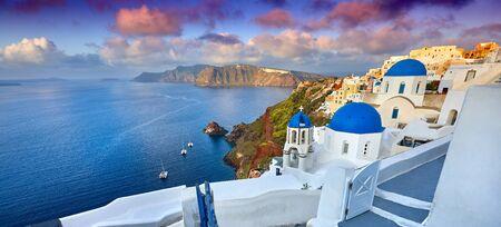 Fira-Stadt auf der Insel Santorini, Griechenland. Unglaublich romantischer Sonnenaufgang auf Santorini. Oia-Dorf im Morgenlicht. Erstaunlicher Sonnenuntergang mit weißen Häusern. Insel der Liebenden