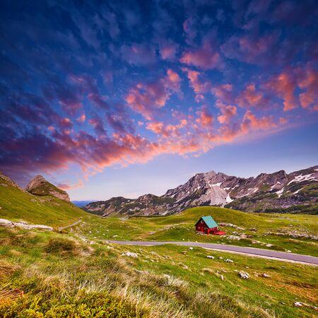Erstaunlicher Blick auf den Sonnenuntergang auf Durmitor-Gebirge, Nationalpark, Mittelmeer, Montenegro, Balkan, Europa. Helle Sommeransicht von der Sedlo-Passstraße durch den Berg. Farbiger Himmel