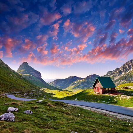 Erstaunlicher Blick auf den Sonnenuntergang auf Durmitor-Gebirge, Nationalpark, Mittelmeer, Montenegro, Balkan, Europa. Helle Sommeransicht vom Sedlopass. Bild. Weg durch den Berg. Farbige Wolken.