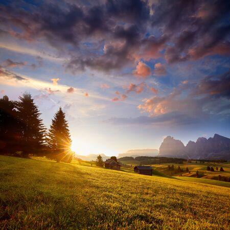 Wspaniały letni widok na Alpy Dolomitów. Atrakcyjna poranna scena miejscowości Compaccio, lokalizacja Seiser Alm lub Alpe di Siusi, prowincja Bolzano, Południowy Tyrol, Włochy, Europa.
