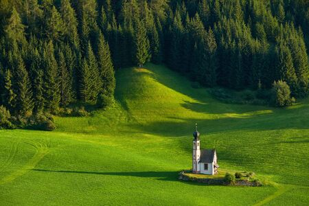 Amazing view of Chiesetta di San Giovanni in Ranui at sunset. Trentino Alto Adige, Dolomites mountains, South Tyrol, Italy, Europe. Kirche St. Johann in Ranui. Saint John Church. Banque d'images