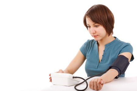 Immagine di una ragazza di misurare la pressione su bianco