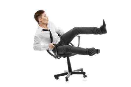 hombre cayendo: Imagen de un joven que rueda sobre chiar