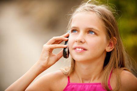 conversaciones: Poco conversaciones de ni�a por tel�fono m�vil.