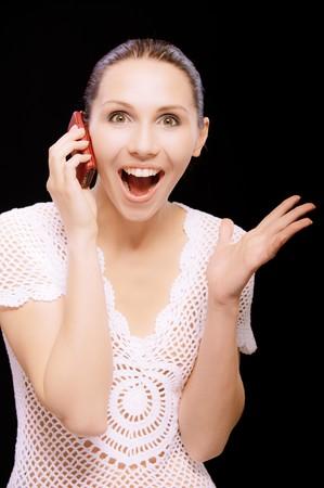 conversa: Entusiasta joven habla por tel�fono m�vil, sobre fondo negro.