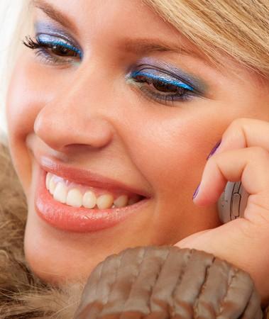 conversa: Sonrisas rubias encantadoras y charlas sobre telefon�a celular.  Foto de archivo