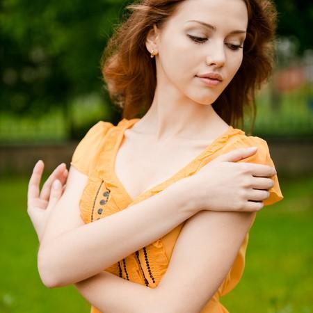 blindly: Retrato de una mujer joven contra el jard�n verde de verano.