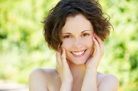 piel humana: Retrato de primer plano exterior de hermosa joven feliz con la piel fresca y limpia