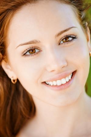 smile: Retrato de sonriente joven y bella mujer con iguales de dientes cerca.  Foto de archivo