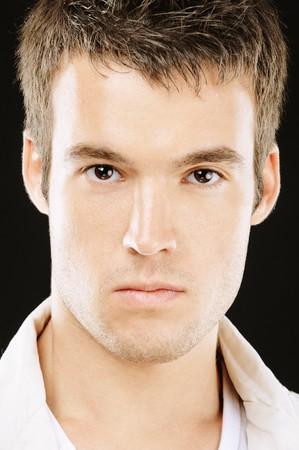 man close up: Ritratto del volto di giovane bella vicino, su sfondo nero.